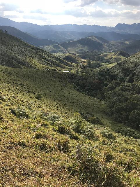 Vista de campo e montanha