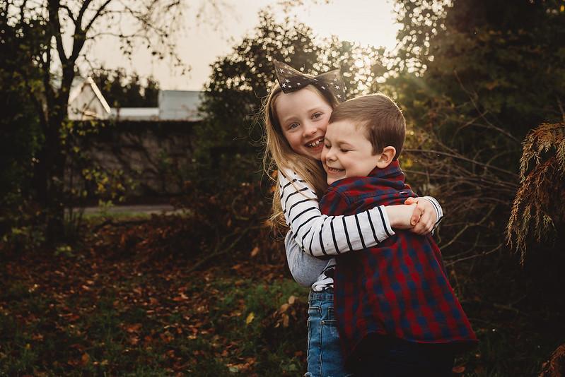 kids photoshoot hugging autumn