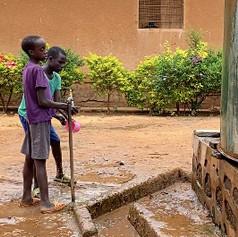 Due bambini ciechi alla fontana