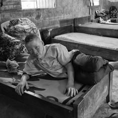 Mussa riposa sul suo letto al KPCS di Kabanga, Kigoma