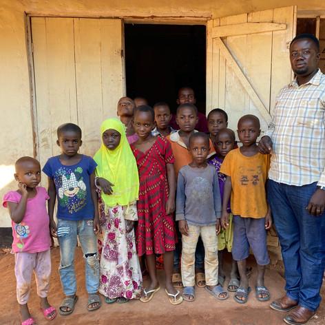Los alumnos de primaria que atienden las clases de tarde en VCRO en Kigoma