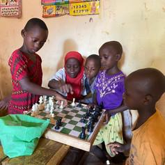 Alumnos de primaria en clase de tutoría jugando al ajedrez en VCRO, Kigoma