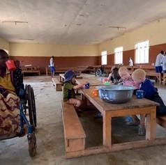 Bambini nella sala da pranzo del centro KPCS a Kabanga, Kigoma