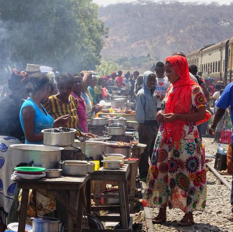 Vendedoras de comida en las paradas de la Línea Central del Ferrocarril de Tanzania