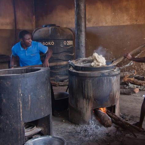 Preparando Ugali para los niños del KPCS de Kabanga, Kigoma