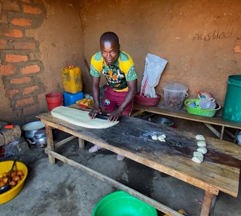 Preparando los Mandazi (bollos dulces) típicos de Tanzania
