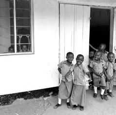 Niños en la entrada del aula de la actual escuela VCRO de Kigoma, Tanzania
