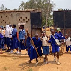 Bambini che tornano al KPSC da scuola