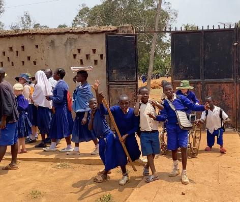 Los niños regresando al KPSC de la escuela