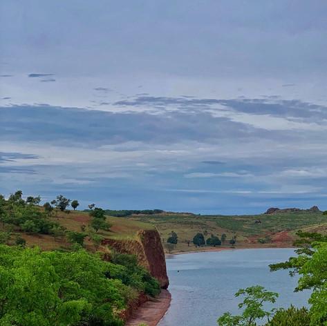 Acantilados en la costa del lago Tanganica en Kigoma, Tanzania