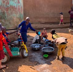 Lavaggio di utensili da cucina presso KPCS a Kabanga, Kigoma