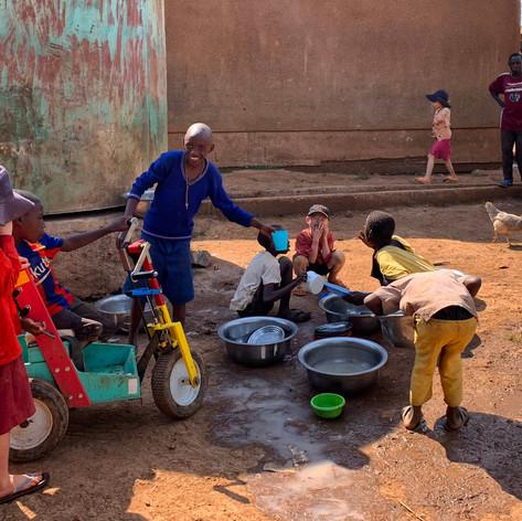 Lavando los utensilios de cocina en el KPCS de Kabanga, Kigoma