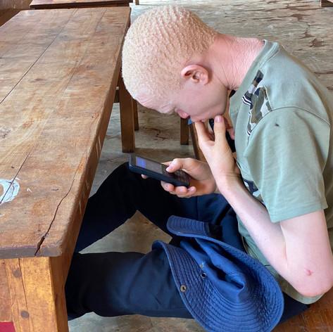 Abel descansando en el comedor del KPCS de Kabanga, Kigoma