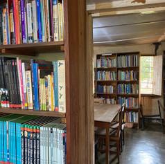 La pequeña biblioteca en el barrio de Mwanga de la ciudad de Kigoma, Tanzania