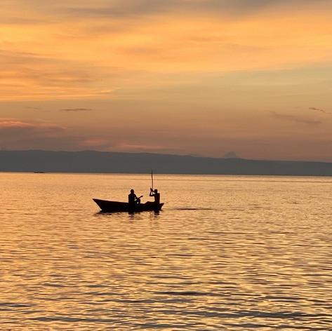 Pescadores en Bangwe (Kigoma) con las montañas del Congo detrás