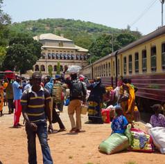 Llegada del tren a Kigoma desde Dar es Salam, Tanzania