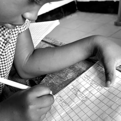 Alumna aprendiendo a sumar en VCRO, Kigoma
