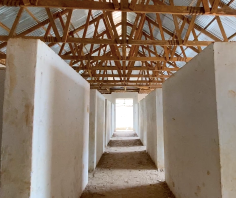 El interior del nuevo edificio dormitorio del KPCS para 80 camasque está por terminar y equipar