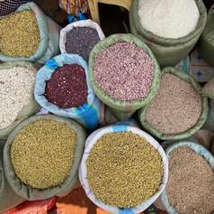 Variedad de alubias en el mercado de la ciudad de Kigoma, Tanzania