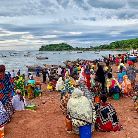 Mujeres esperando la llegada de pescado en Katonga en Kigoma, Tanzania