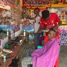 Barbería local en la región de Kigoma, Tanzania