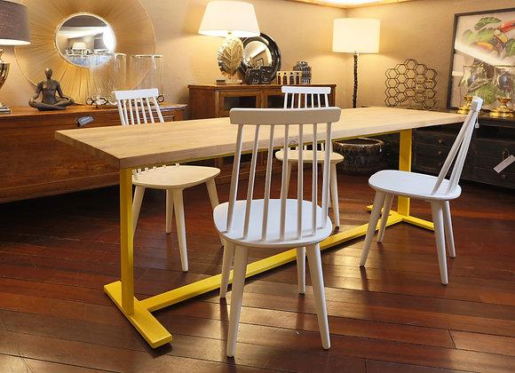 Quattro sedie in legno di pino