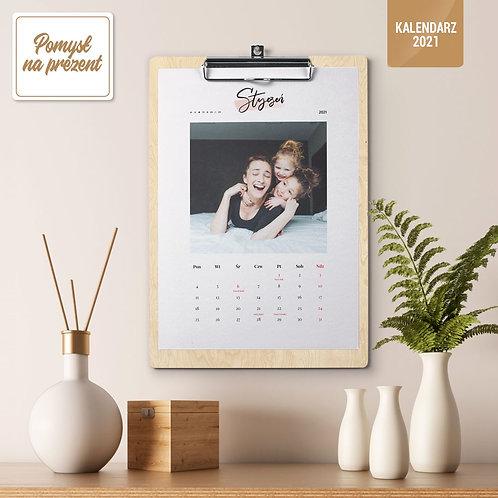 Kalendarz 2021 na drewnianej podkładce