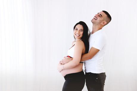 צילומי הריון עם בן זוג בסטודיו
