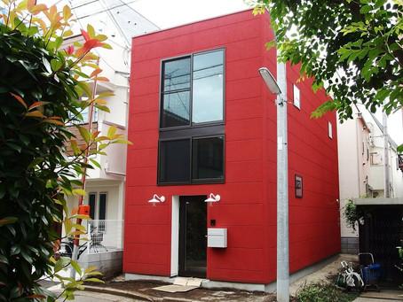スキップフロアの赤い家、まるでお店のような生活感をおさえた空間