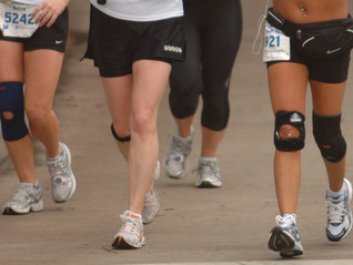 Ir hacia atrás en la elíptica, el truco para recuperar tus rodillas y como prevenir esta lesión.