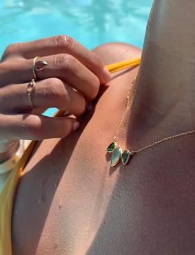 Diane porte le collier Athéna, la bague Léa et la bague Inaya