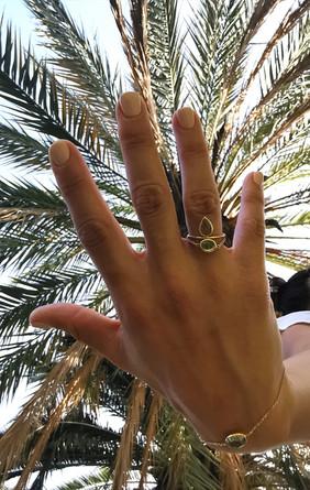 Diane porte une bague Inaya associée à une bague Léa et un bracelet Gaïa