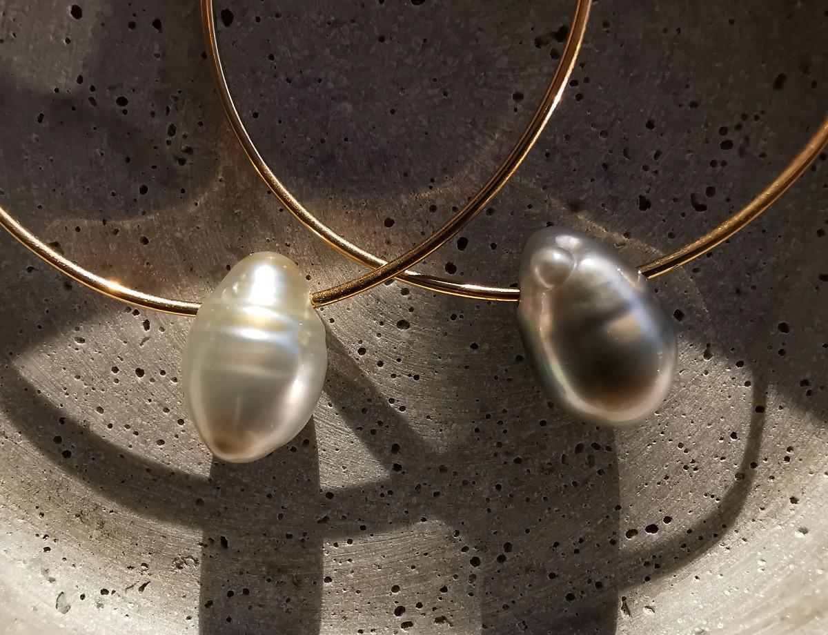 Créoles en or jaune ornée de perles baroques