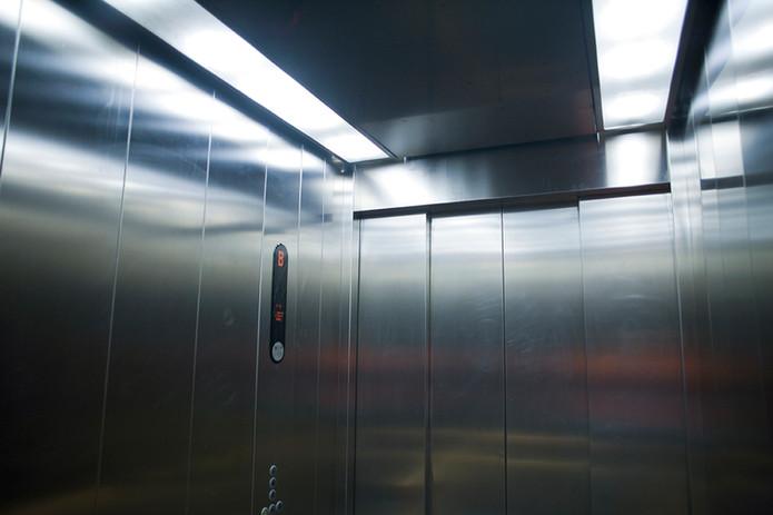 A l'intérieur du ascenseur