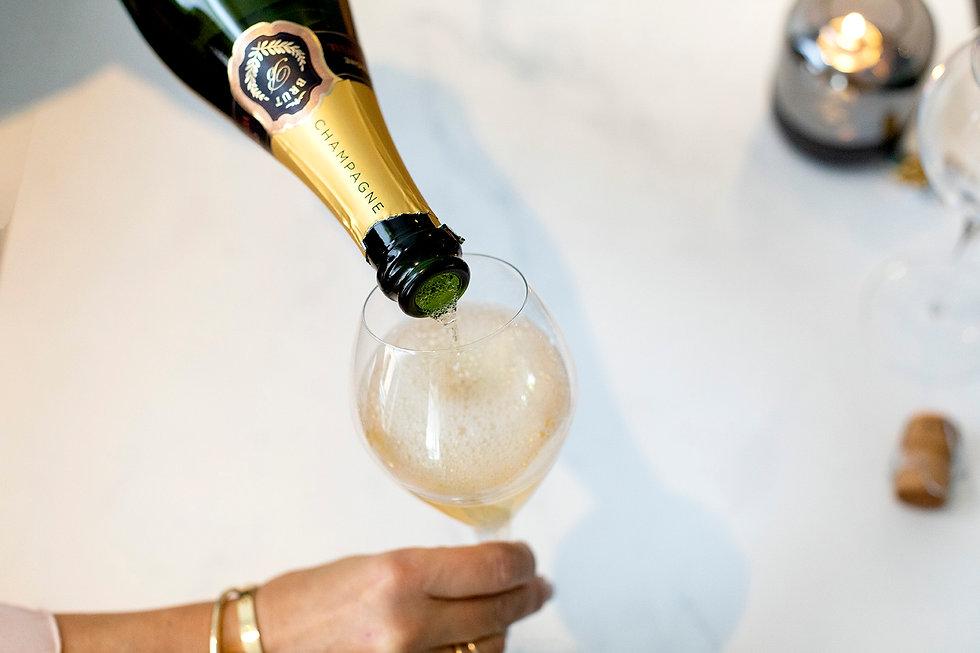 NLF - champagne inschenken met hand.jpg