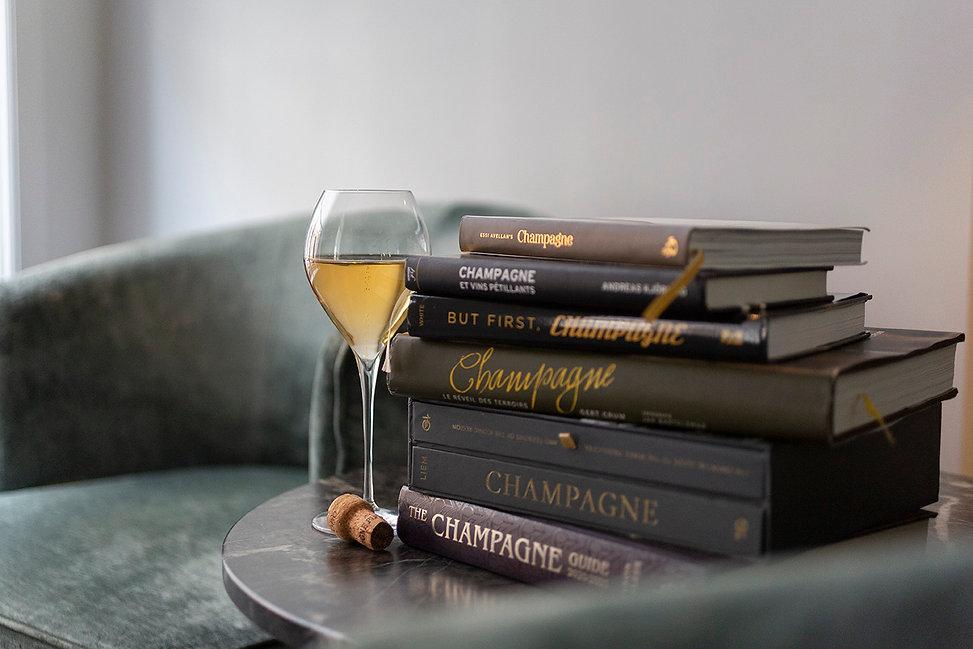 NLF - champagneglas en stapel boeken.jpg