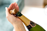 NLF - openen champagne kurk in hand.jpg