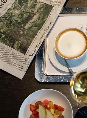 NLF - ontbijt met champagne en krant.jpg