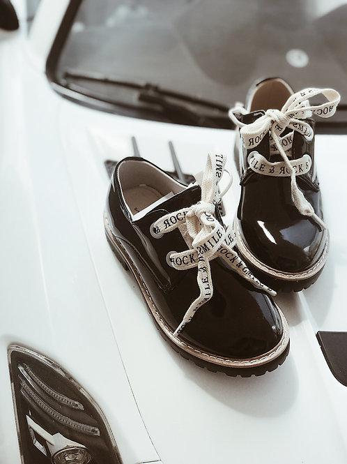 נעליים שחורות מבריקות