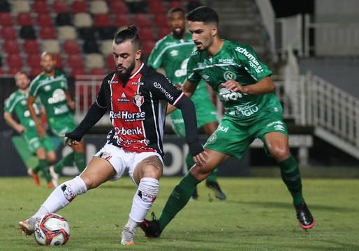Com dois de Perotti, Chape vence o Joinville e dispara na liderança