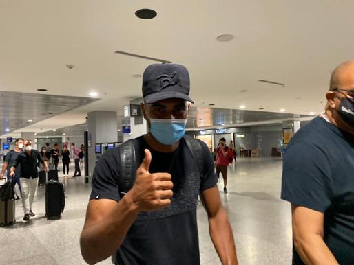 """Thiago Santos desembarca em Porto Alegre para assinar com o Grêmio: """"Expectativa grande"""""""