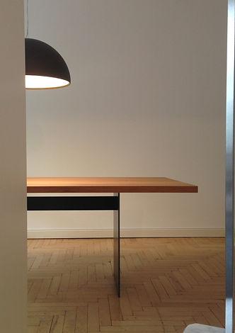 Interior Design Mobimex TIX Holztisch Esstisch Stahlwangen Wangen aus Stahl Lampe Floss Skygarden