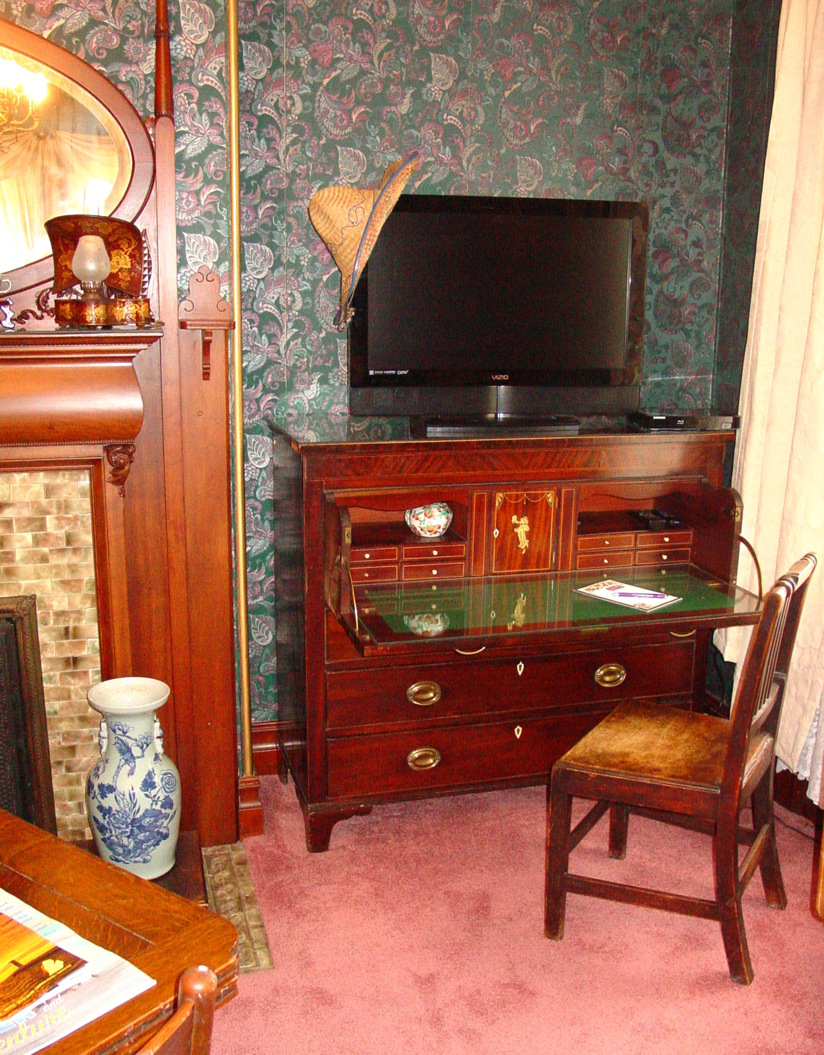 Sitting Room Desk & TV, Grand Suite