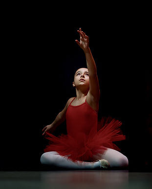 Jeune danseuse effectuant un mouvement artistique de danse classique pour donner envie à toutes de rejoindre l'école de danse Les Corps Dansants à Nantes