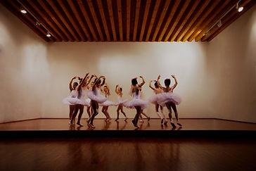 Initiation et éveil à la danse classique Nantes (44 ), Les Corps Dansants, cours de danse à Nantes , Eveil à la danse pour enfants de 4 à 6 ans, Initiation à la danse classique pour enfants de 6 à 7 ans, Cours de barre à terre, Cours techniques de pointes Nantes.