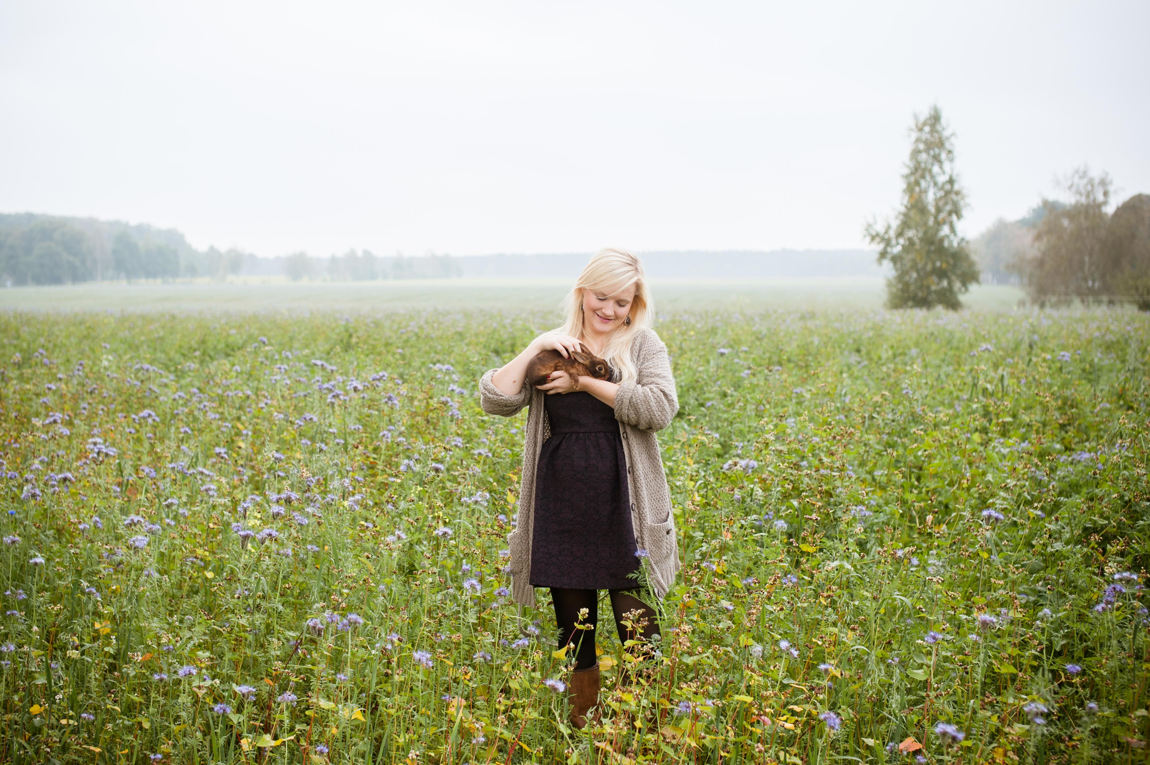 Blumenfeld, Mädchen, Kaninchen