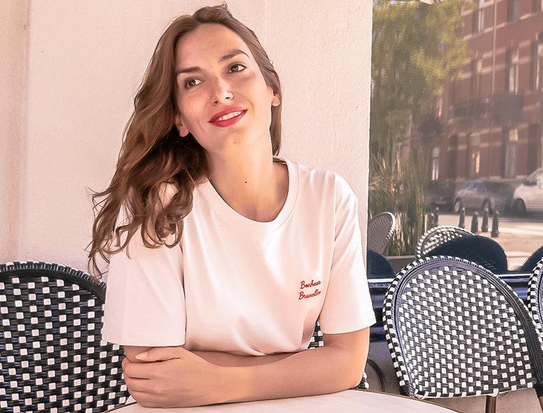 Le T-shirt brodé Bonheur Bruxelles - Rose poudré broderie rouge - Coton bio