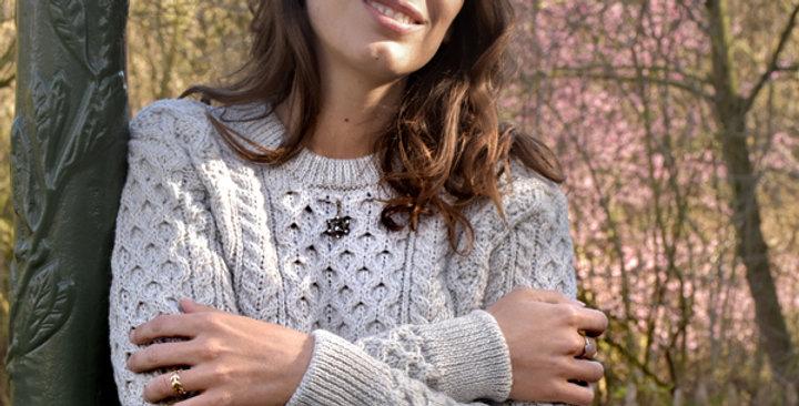 Pull Laetitia laine mérinos gris clair mannequin sourire