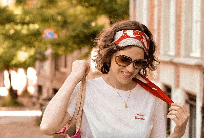 Le T-shirt brodé Bonheur Bruxelles - Rose poudré broderie rouge - Coton