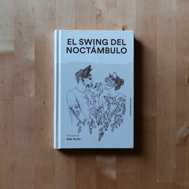 EL SWING DEL NOCTÁMBULO Ada Nuño Editorial Expediciones Polares, 2019        Ilustración de cubierta por Laura Agustí.  Una novela que te sumergirá en un mundo en el que te reconocerás, en un ecosistema urbano que has vivido, en unos personajes que creerás haber conocido antes, en unos laberintos emocionales narrados con precisión poética. El swing del noctámbulo son cuatro amigos y cuatro vidas entrelazadas que te recuerdan quién eras y cómo eras. También es una ciudad, Madrid, que va creciendo con ellos, que los ahoga y los remueve. Y también es una historia que habla del olor de la libertad, del placer de escuchar el silencio junto a quien amas, del miedo a salir al mundo, de la amistad por encima de todo, de cómo abrirse camino en una jungla de cemento que te obliga a tener sueños que no deseas y a tratar de que se cumplan. El swing del noctámbulo, una novela que acabarás tarareando, que se convertirá en una canción que no parará de sonar en tu cabeza durante meses. Ada Nuño nació en Madrid en 1991. Estudió periodismo y actualmente trabaja en El Confidencial. El swing del noctámbulo es su primera novela.